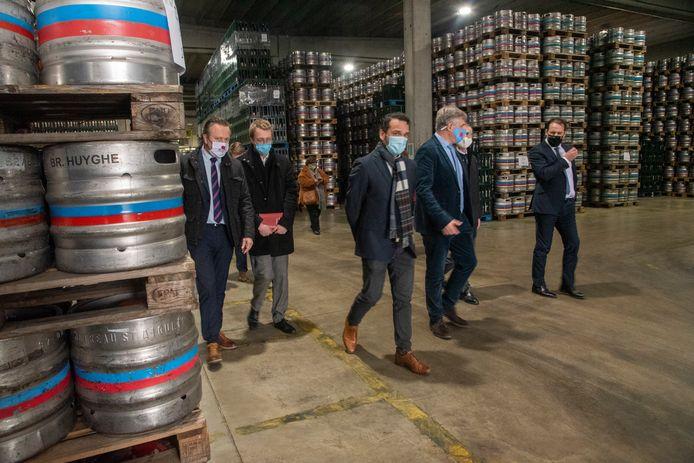 Minister David Clarinval (rechts) bezoekt de Brouwerij Huyghe.