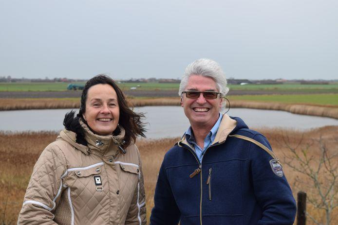 Helle van der Roest (voorzitter) en Winny de Ruiter-van As (l) van de imkervereniging Schouwen-Duiveland ondernemen actie voor een bijvriendelijke gemeente.