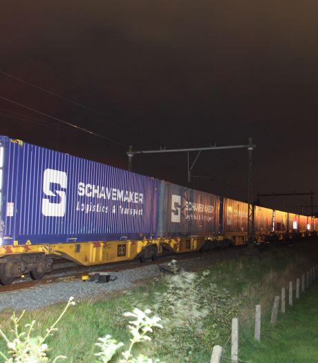 Goederentrein botst met fiets op spoor tussen Rijssen en Wierden, treinverkeer ligt stil