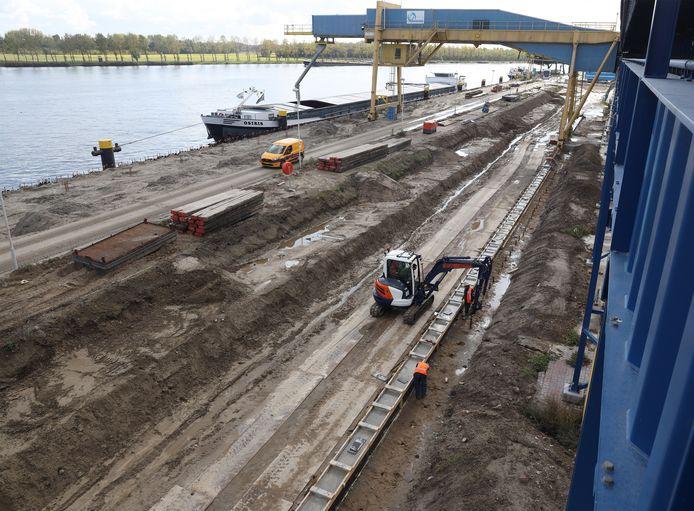 Vier scheepsladingen zand werden er over de nieuwe kadeconstructie gestort.