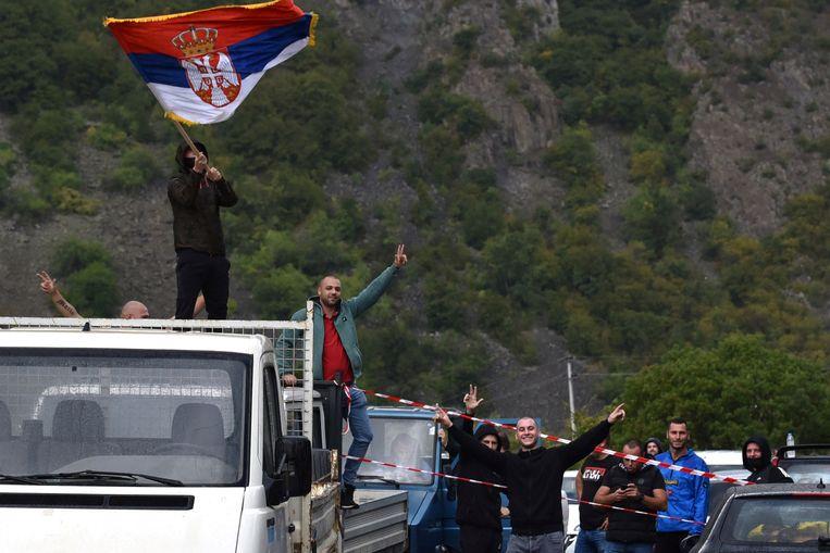 Kosovaarse Serviërs protesteren tegen de nieuwe regeling voor kentekenplaten in Kosovo, waar Servische kentekens niet meer welkom zijn. Beeld Reuters