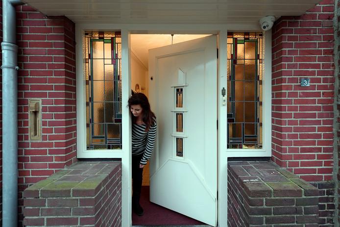 Monique uit Wouw heeft last van een bloempotboef. De decoraties bij haar voordeur worden steeds maar meegenomen.