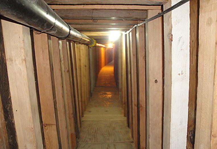 Een ongedateerde foto van een operationele tunnel die van Arizona naar de Mexicaanse grens loopt. Beeld AP