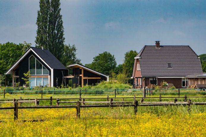 Peter van Ee strijdt al ruim een half jaar tegen de bouw van een schuur van 21 meter lang vlak naast zijn tuin.