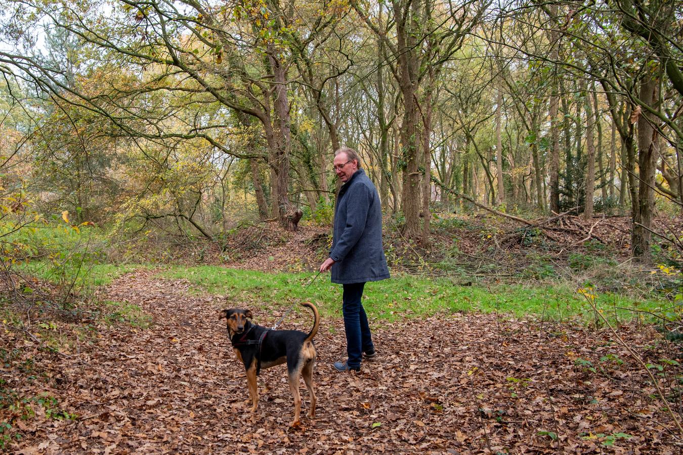 Initiatiefnemer René van der Linde wandelt met zijn hond Moos in het Lemeler bosje dat ingericht wordt als omheinde hondenspeelplaats.
