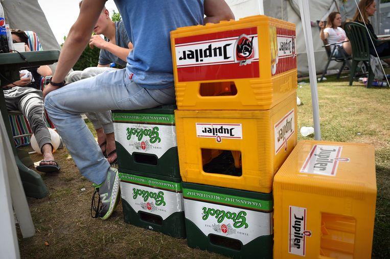 Jongerencamping Duin en Strand in Renesse. Twee kratten bier halen, één betalen zit er vanaf 1 juli niet meer in. Beeld Marcel van den Bergh / de Volkskrant
