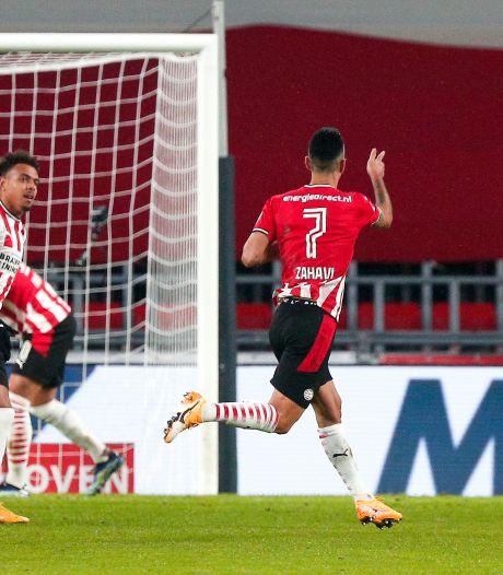 LIVE   PSV door geweldige vrije trap  Zahavi met voorsprong de rust in