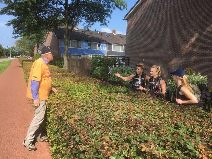 Rinus van den Bosch wordt door drie wandelaars herkend van eerdere edities van de Vierdaagse, toen hij ook koffie uitdeelde aan de wandelaars.