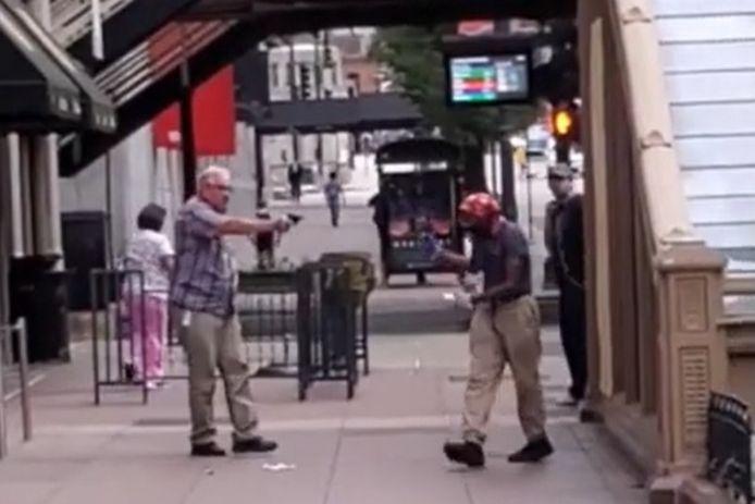 Un homme a sorti son arme pendant une altercation dans le centre-ville de Chicago.