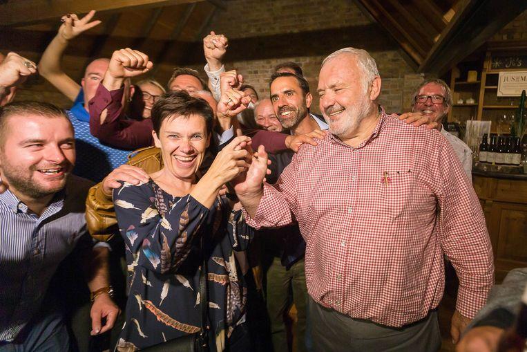 LDD-voorman Jean-Marie Dedecker viert zijn overwinning in Middelkerke na de verkiezingen van 14 oktober. De man overweegt nu een terugkeer naar de N-VA.   Beeld BELGA
