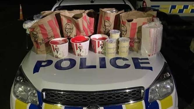 """Twee mannen gearresteerd voor het binnensmokkelen van  """"een grote hoeveelheid KFC-fastfood"""" in lockdowngebied"""
