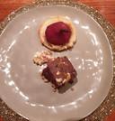 Een warm, in rode wijn en specerijen gestoofd, peertje op amandelspijs.