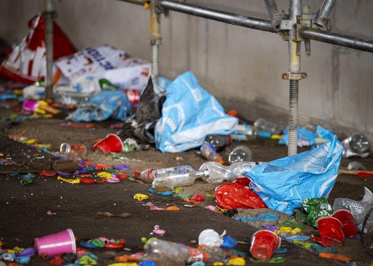Achtergelaten afval onder een viaduct, waar vorige week een groot illegaal feest door de politie werd beëindigd. Beeld ANP