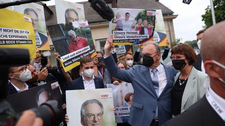 Reiner Haseloff begroet aanhangers van de CDU. Beeld AFP