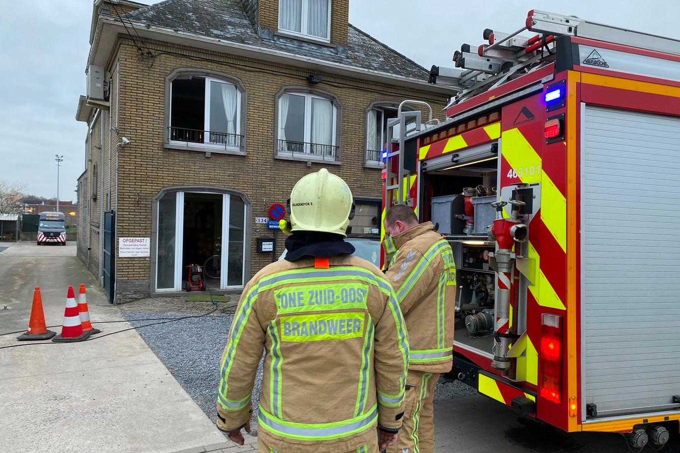 De brand situeerde zich in het huis naast Intercars langs de Hoogstraat in Lede.