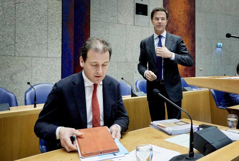 Minister Lodewijk Asscher (L) van Sociale Zaken en premier Mark Rutte in de Tweede Kamer. Beeld anp