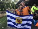 Wouter de Vries en Leonie Ton tonen vol trots de Zeeuwse vlag.