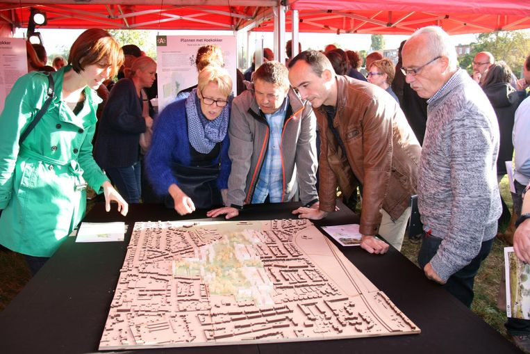 Buurtbewoners bekijken de nieuwe plannen voor de woonwijk Hoekakker.