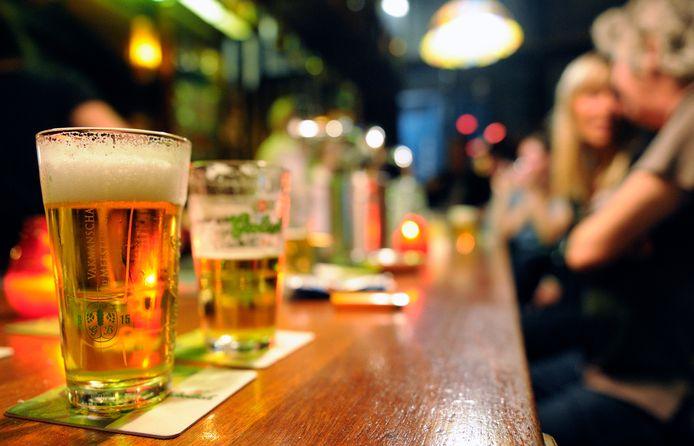 Een man uit Gouda, met wie de verdachte in een café was, was onwel geworden. Ze had drie pillen met kalmeringsmiddel in zijn bier gedaan.
