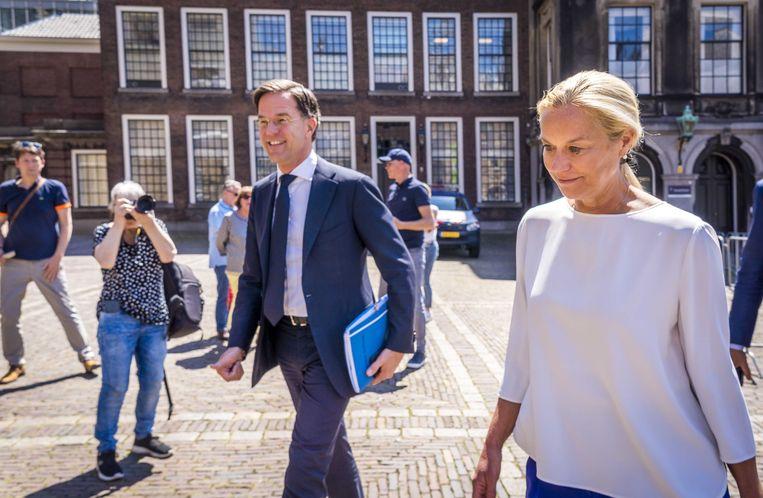 Fractieleider Mark Rutte (VVD) en fractieleider Sigrid Kaag (D66)  staan maandag de pers te woord na afloop van een gesprek met informateur Mariette Hamer.  Beeld ANP