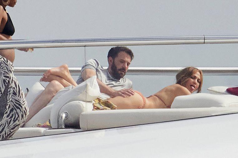 Paparazzi spotten Ben Affleck en Jennifer Lopez dezer dagen na achttien jaar opnieuw samen. Niet toevallig op een luxejacht en niet toevallig met Afflecks hand op Lopez' achterwerk – je hoeft er alleen de clip van 'Jenny from the Block' (2002) even bij te nemen. Beeld Photo News