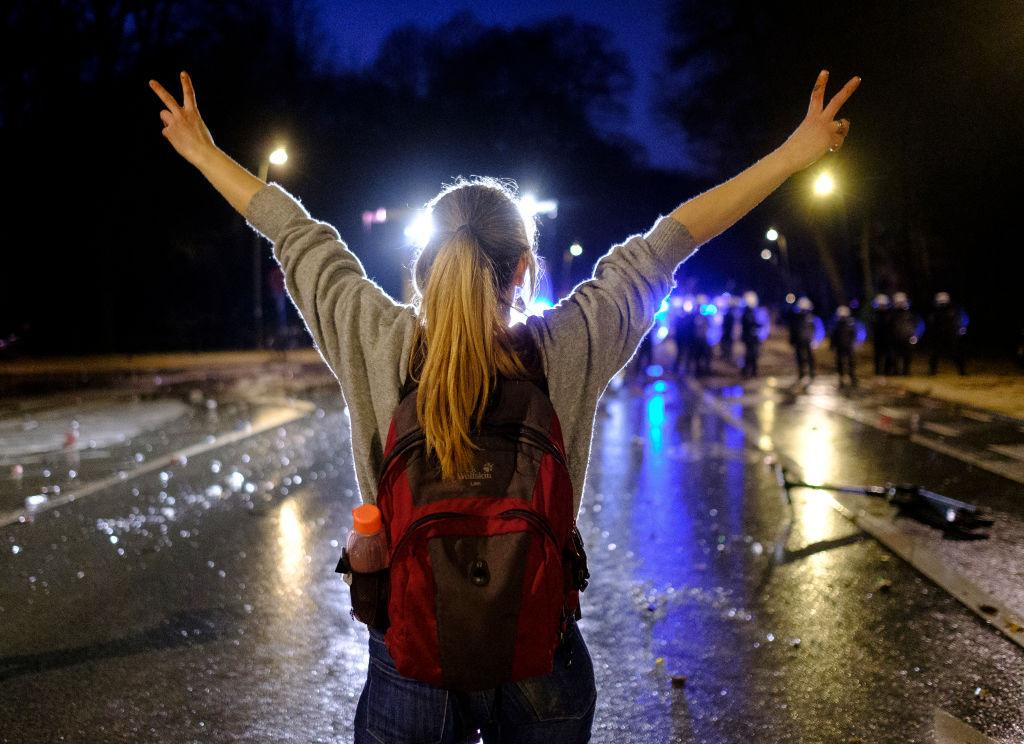 Une jeune femme fait face aux policiers à la fin de la première fête dans le Bois de la Cambre.