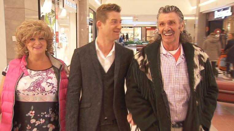 Godelieve en Robert tijdens 'Zo man Zo vrouw' met Jani. Ze dragen hier 'oude' kleding en Godelieve een pruik.