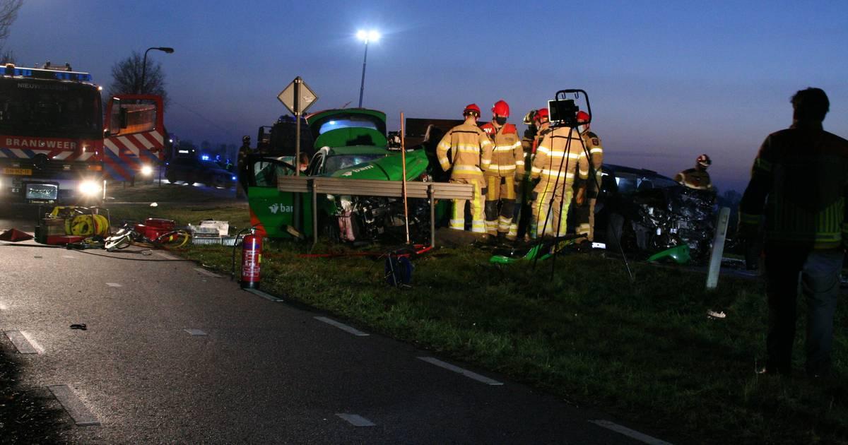 Frontale aanrijding op N758 tussen Zwolle en Nieuwleusen: twee gewonden.