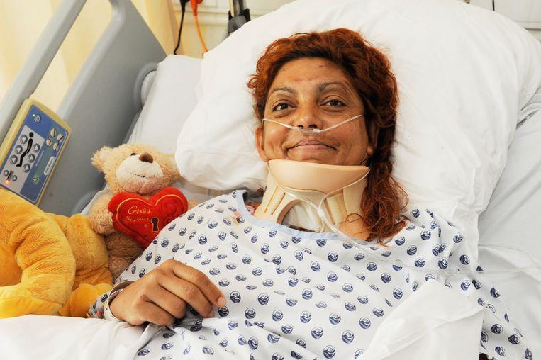 Corine Bastide in haar ziekenhuisbed, net nadat ze was gered.