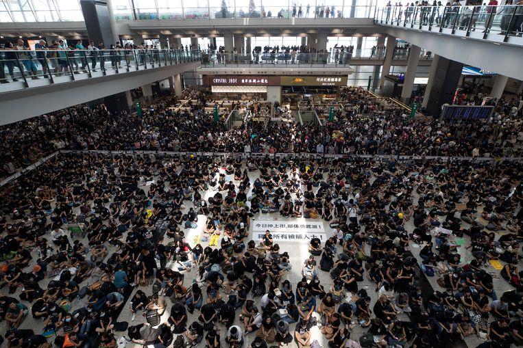 Duizenden betogers kwamen samen in de aankomsthal.