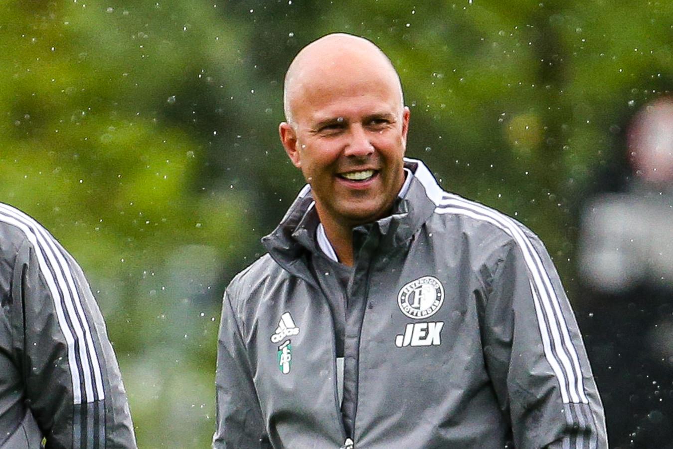 Arne Slot heeft in elk geval een brede glimlach op zijn gezicht.