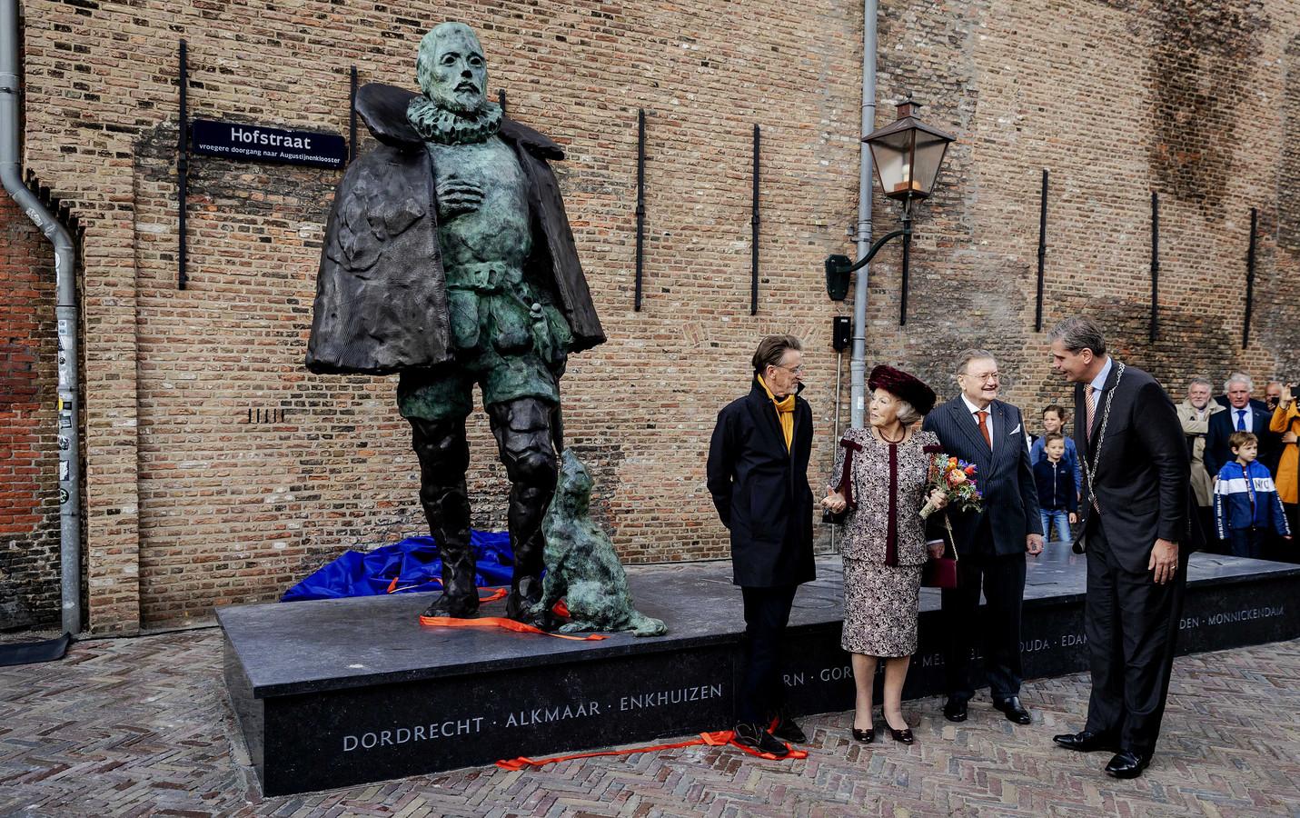 Prinses Beatrix onthulde het standbeeld van Willem van Oranje.
