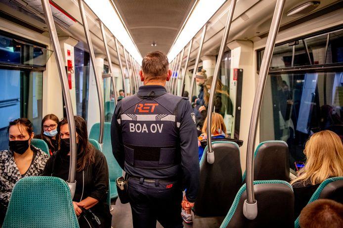 De boa's van de RET kunnen zelf de identiteit van overtreders vaststellen en hoeven niet meer te wachten op de politie.