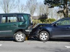 Drie auto's botsen in Etten-Leur, automobiliste met ambulance naar ziekenhuis