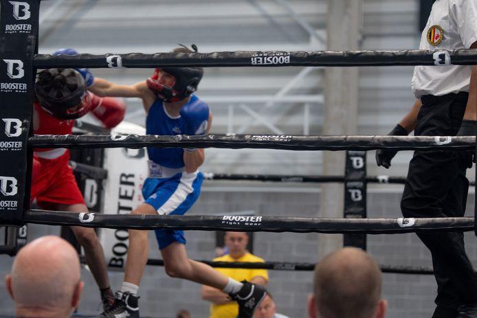Een bokser van Boksteam Zele haalt uit op het bokstornooi.