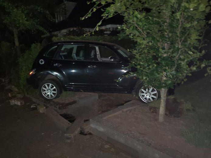 Omstreeks 23.15 uur verloor een automobilist in de Churchillstraat de macht over het stuur en belandde met zijn auto in de tuin van de familie Schulte