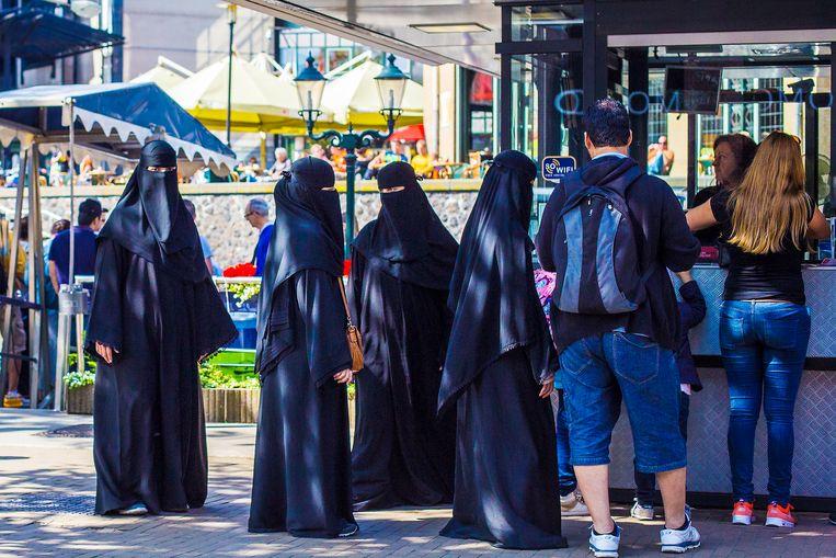 AMSTERDAM -Het is nu echt zomer in Amsterdam. Vijf dames in totale lichaamsbedekking kopen kaartjes voor een rondvaart met de Blue Boat Company. COPYRIGHT MAARTEN BRANTE Beeld Maarten Brante