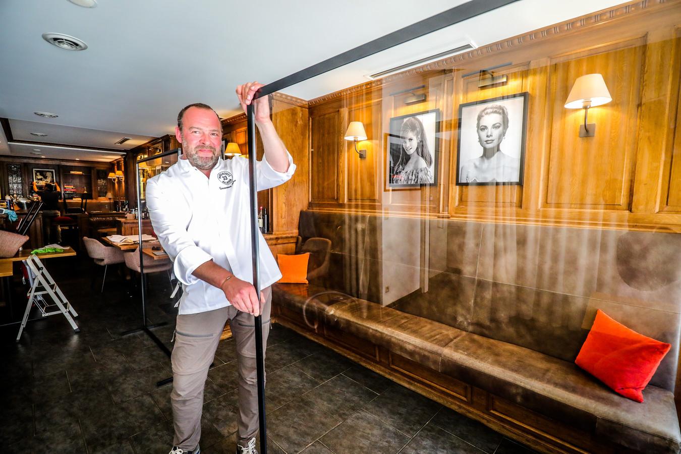 Stefaan Timmerman in de weer met plexischermen: alles verloopt straks gewoon heel erg veilig in zijn restaurant.