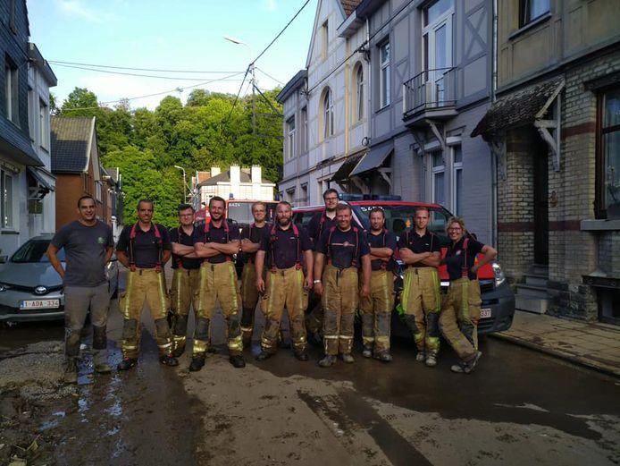 Moe, maar voldaan in de straten van Verviers, de 10-koppige ploeg van de brandweerzone Westhoek die zaterdag hulp verleenden in het overstroomde gebied.