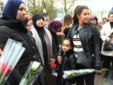 Moslima's leggen bloemen in Vianen voor Roos (19), een van de slachtoffers van de schietpartij in Utrecht