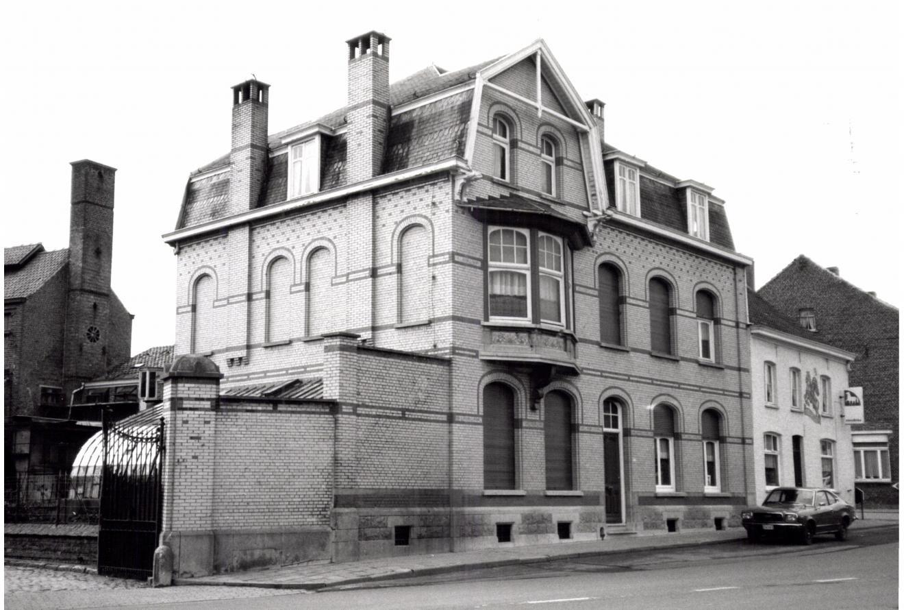 Het Brouwershuis was de woning van de familie Six-Colpaert van de Brouwerij Sint-Joris. Tijdens de Eerste Wereldoorlog werd het pand volledig vernield. Het pand werd intussen volledig gerestaureerd.
