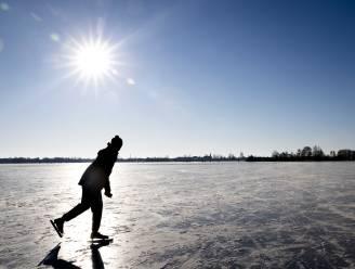 Jongeman zakt door het ijs: brandweer redt hem uit water