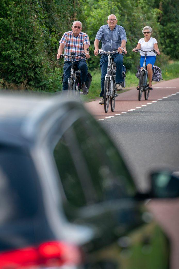 Nederland,  Andel, de vraag is of fietsers genoeg ruimte krijgen op de Middenweg.