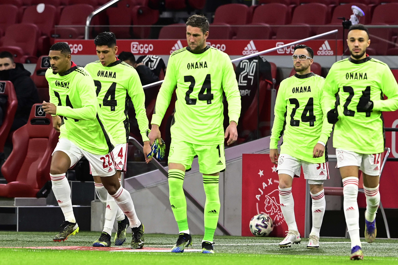 De spelers van Ajax staken de geschorste André Onana een hart onder de riem.