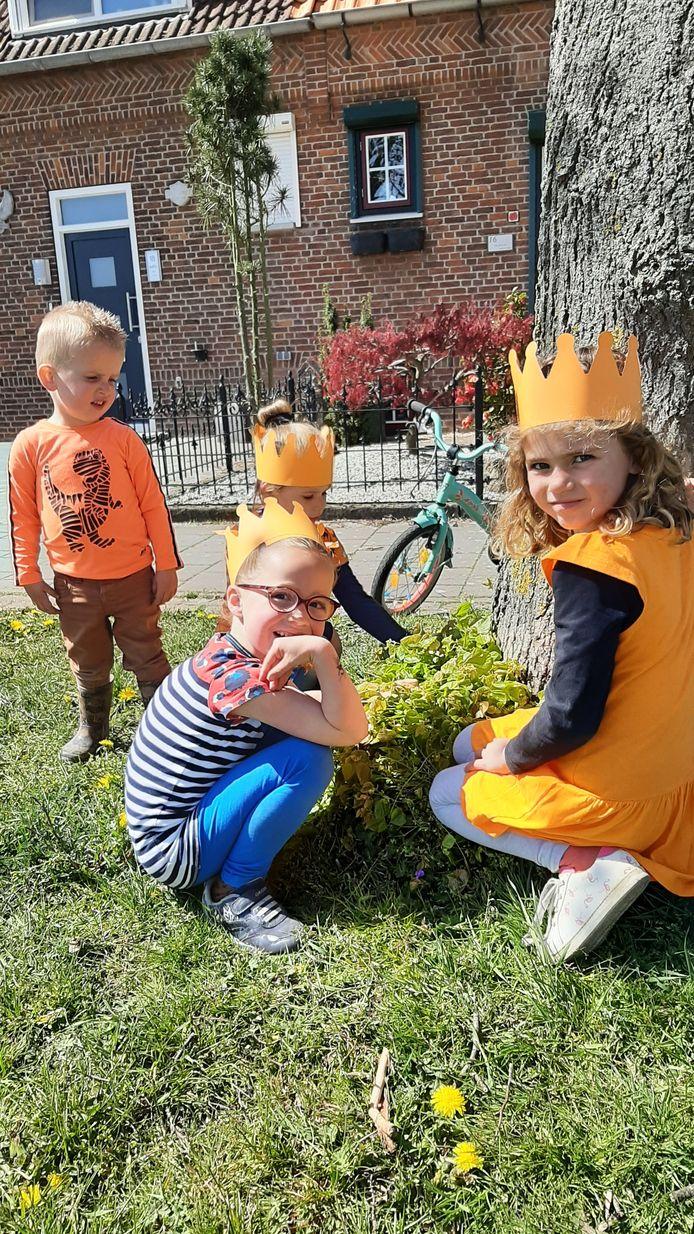 Vlnr Tijmen (2), Sanne (5), Hanna (3) en Isa (5) zijn in de Laurentiusdijk op zoek naar kroontjes.