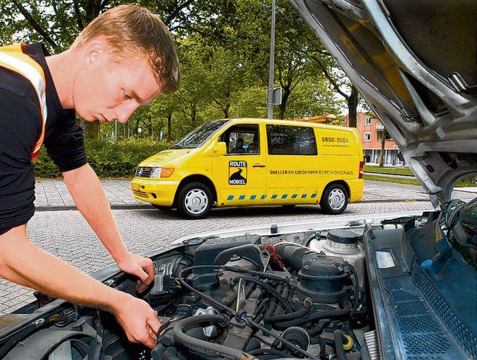 Een medewerker van RouteMobiel sleutelt in 2004 in Amsterdam aan een auto met pech.