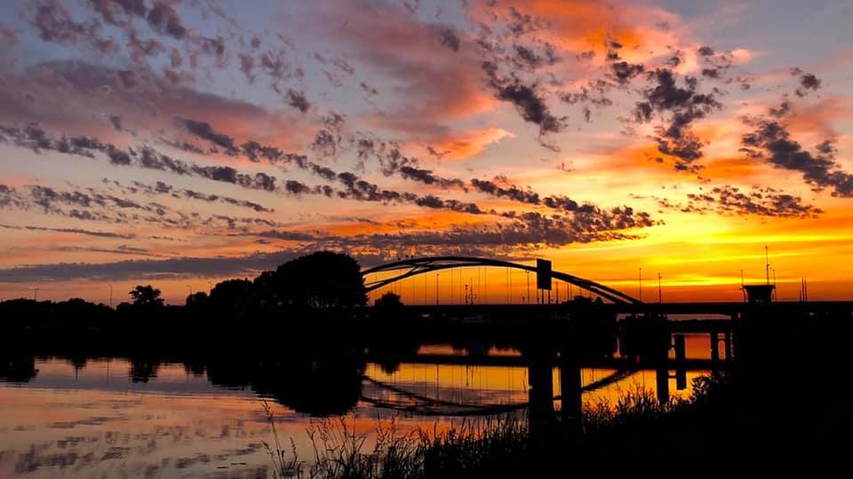 Drie waaghalzen liepen afgelopen weekeinde over de boog van de brug over het Zwarte Water bij Hasselt