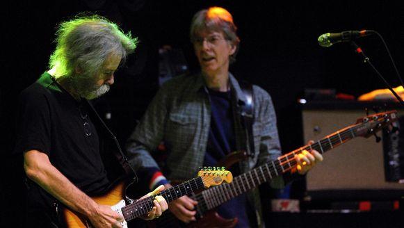 Voormalige bandleden van The Grateful Dead Bob Weir (links) and Phil Lesh tijdens een optreden in November 2011.