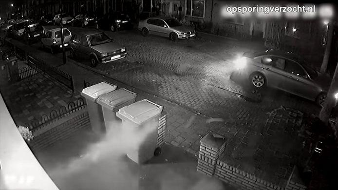 Beeld van de beschieting van het huis aan de Ahornstraat in Breda uit de bewakingscamera aan de gevel. Het filmpje werd afgelopen week getoond bij Opsporing Verzocht.
