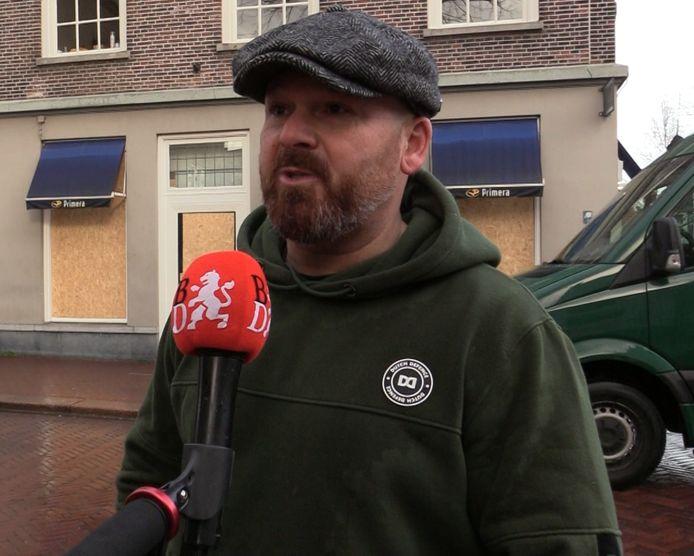 Marco Kroon in gesprek met een verslaggever van Brabants Dagblad.